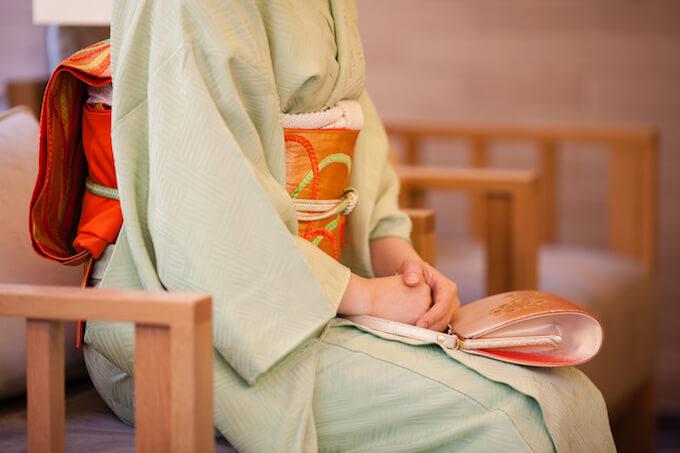 着物で椅子に座る女性