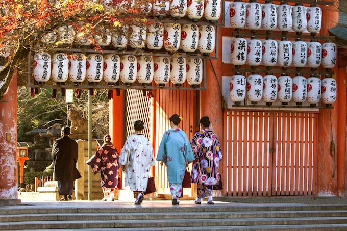 お寺に着物で向かう女性