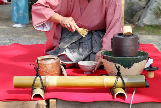 着物で茶道に勤しむ女性