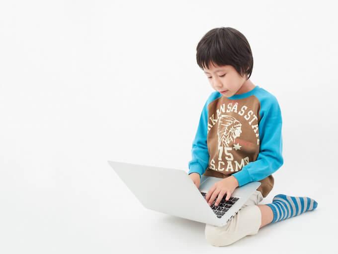 パソコンを使う男の子