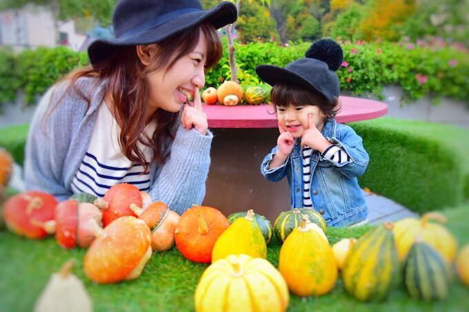 笑顔の女性と子供