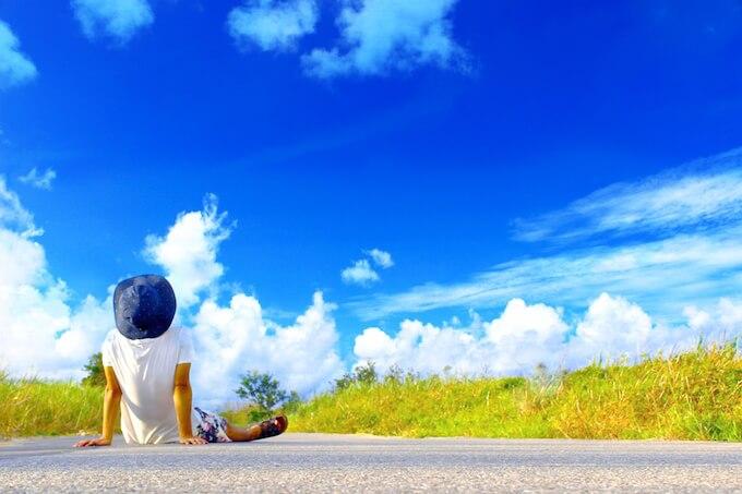 空を見上げる少年