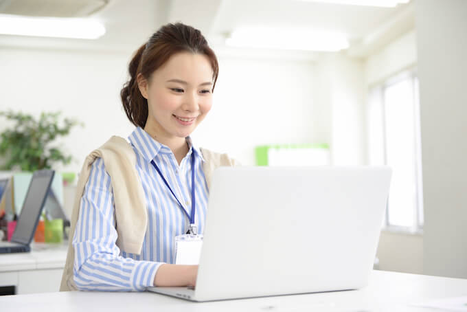 パソコンを使用する女性