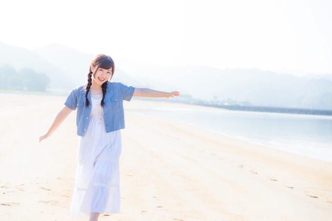 砂浜でくつろぐ女性