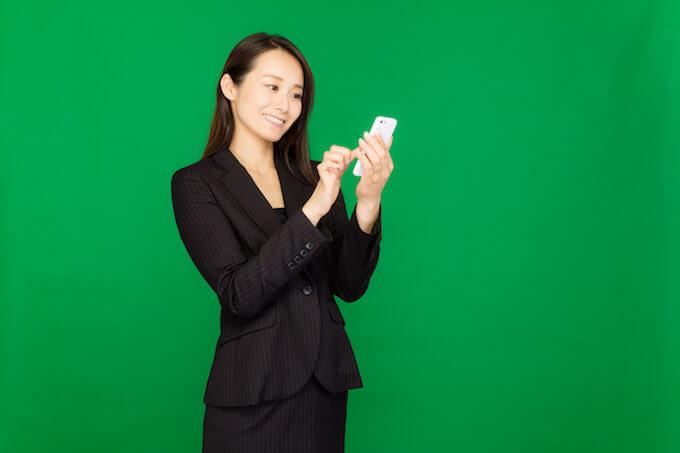 携帯を使う女性