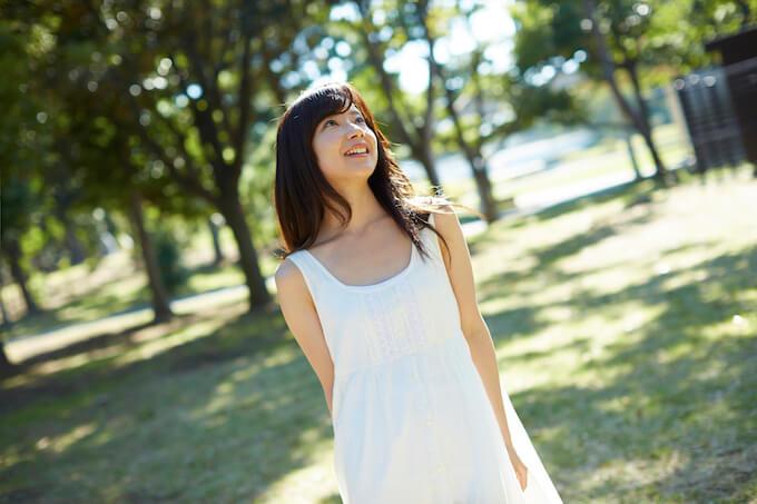 白いワンピースを着る女性