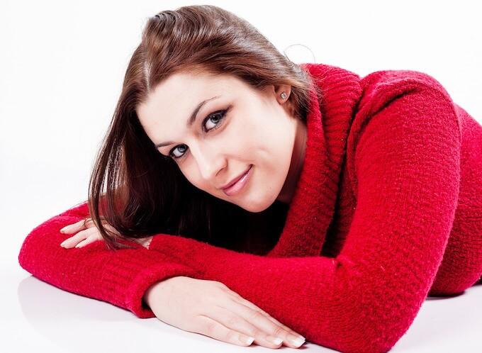 冬服のニットを着る女性