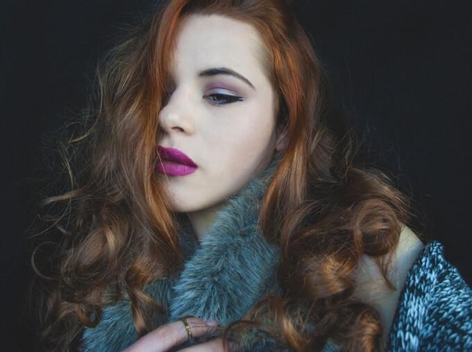 毛皮コートを着る女性