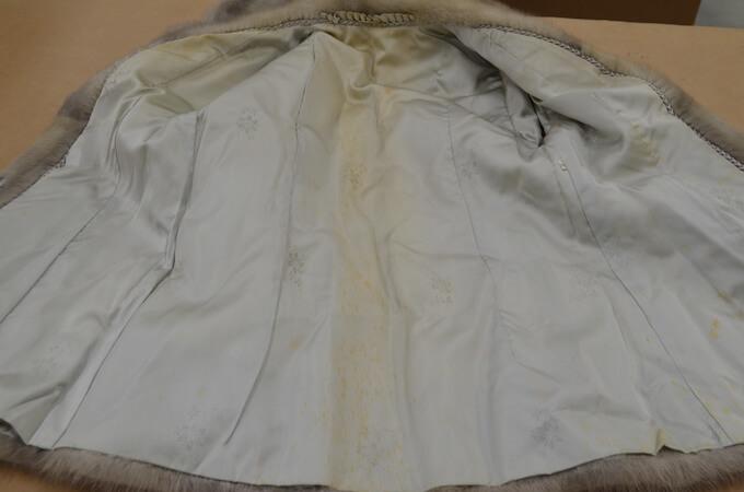 汗ジミのついた毛皮コート