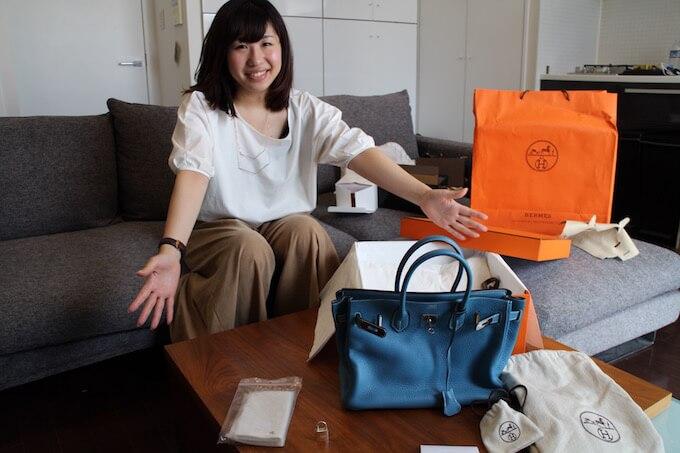 女性とブランドバッグ