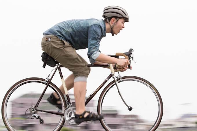 スポーツバイクに乗る男性