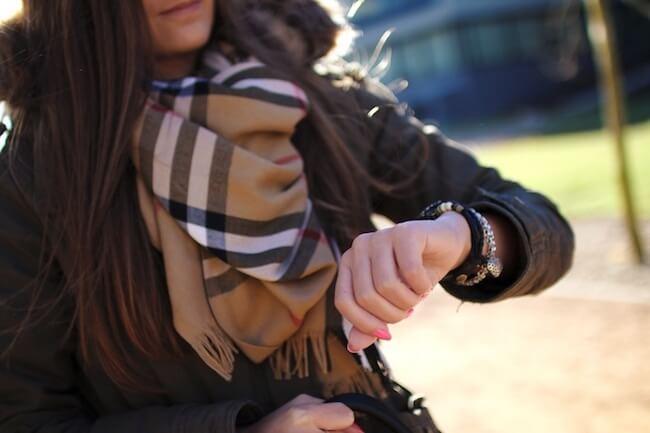 女性と腕時計