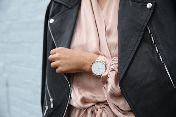 時計を腕につける女性