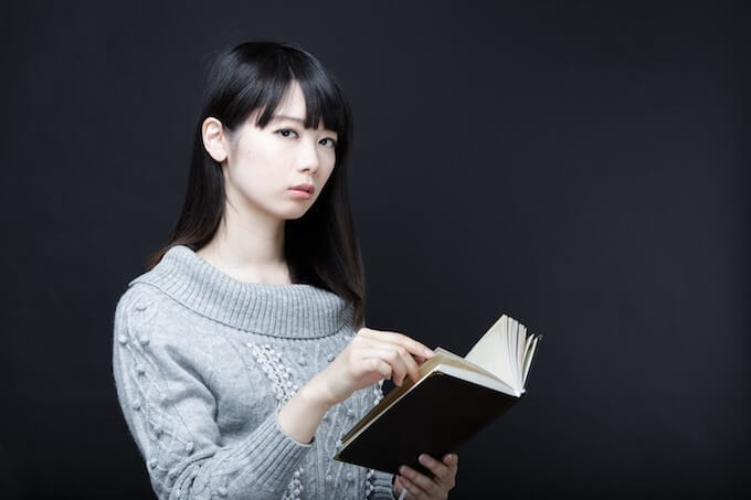 黒い本を手荷物女性