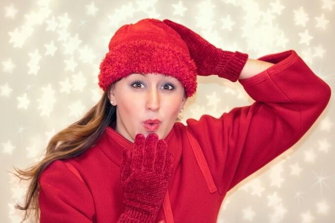 赤いコートを着る女性